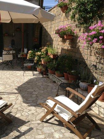 Locanda La Pieve: lauschige Terrasse