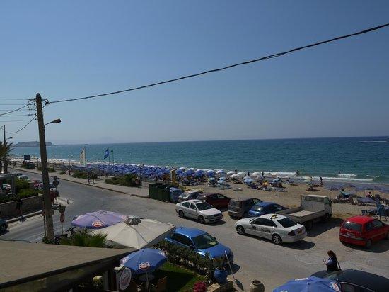 Esperia Beach Hotel Apartments: Вид на пляж