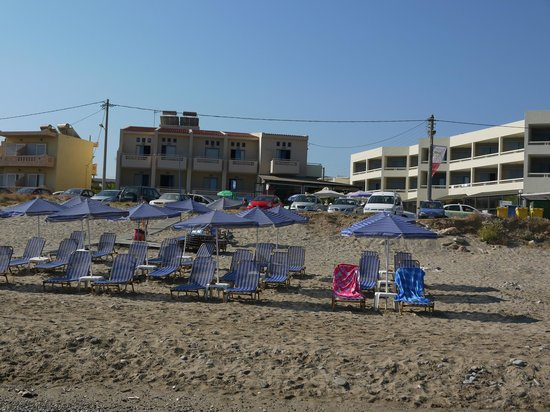 Esperia Beach Hotel Apartments: Вид на отель с пляжа