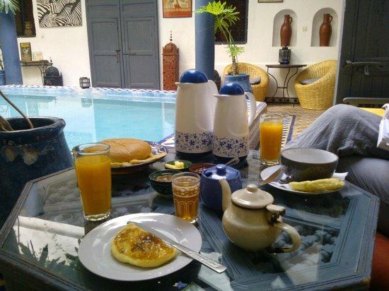 Riad Chouia Chouia: Le petit-déjeuner (avec jus d'oranges pressé)