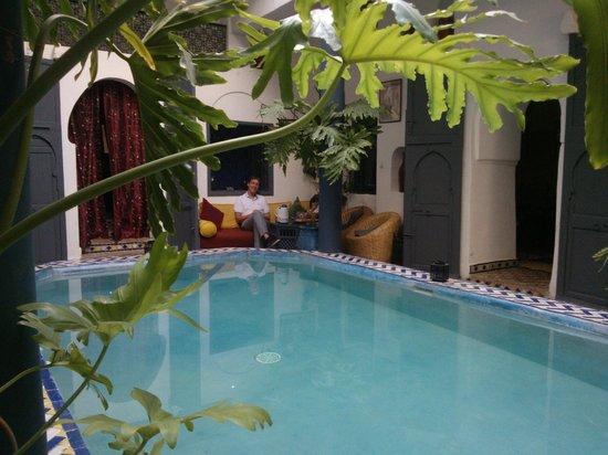 Riad Chouia Chouia: L'entrée du riad avec sa cour et sa petite piscine