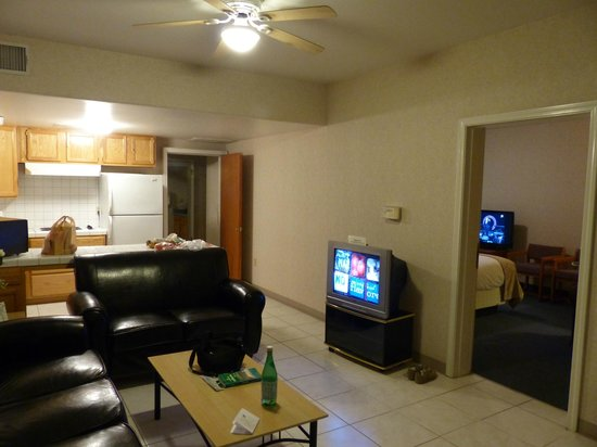 Garden Inn and Suites: suite