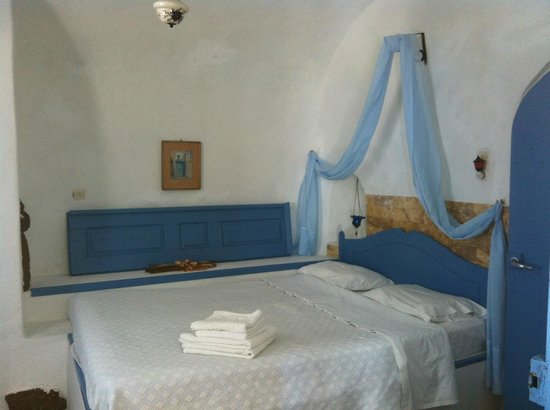 Santorini Villas: This is one of the two bed-rooms both with ensuite bathroom
