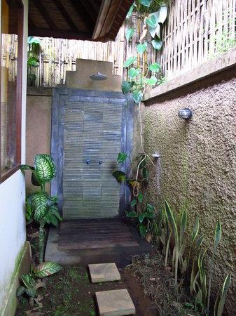 Munduk Moding Plantation : Outdoor shower