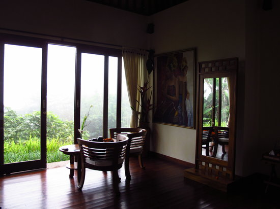 Munduk Moding Plantation: Seating area with misty view