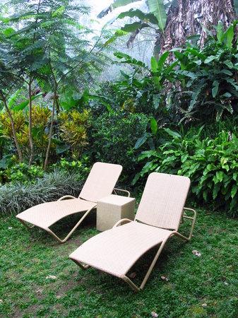 Munduk Moding Plantation: Outdoor deck chairs
