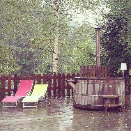 Auberge Nemoz : Le bain norvégien sur la terrasse du petit chalet