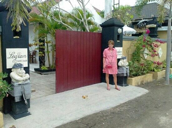 Legian Guest House : l'entrée du guest house