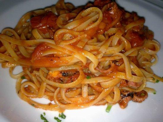 Il Vesuvio: Linguine al Vesuvio con pulpitos y  tomatitos cherry con un toque picante