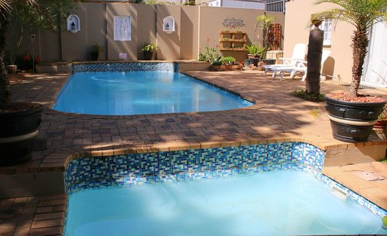 George Lodge International: Swimming pool area