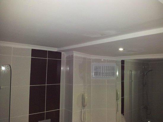 Infinity Beach Hotel: viel zu wenig licht in diesem kleinen badezimmer
