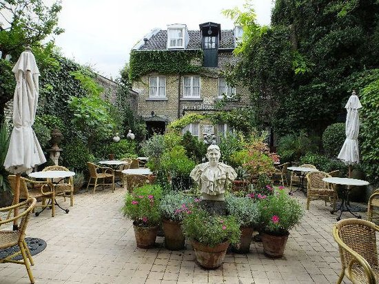 Hotel Botticelli: Garden Courtyard