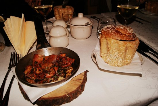 Miod Malina : Red mushrooms and mushroom soup in bread