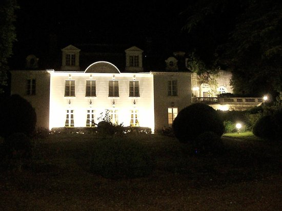 Manoir du Grand Echeneau: The grounds are lit at night