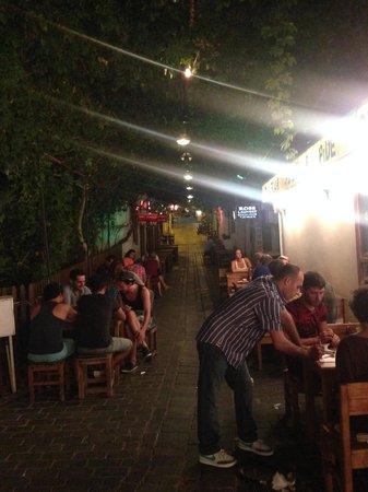 Cinarlar Pizza and Pide : La rue du restaurant est recouverte de plantes grimpantes, éclairée et ventilée : très romantiqu