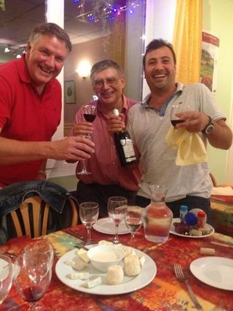 Restaurant La Cassolette : the owner (middle) very knowledgeable about the local food and wine