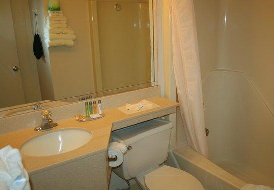 Bayside Resort Hotel: Sauberes und offensichtlich neues Bad Zimmer 156