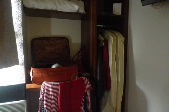 Brit Hotel Toulouse Colomiers – L'Esplanade : Le placard