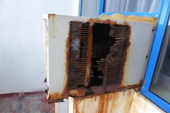 Hotel Ranmuthu: エアコンは塩害で錆がひどい