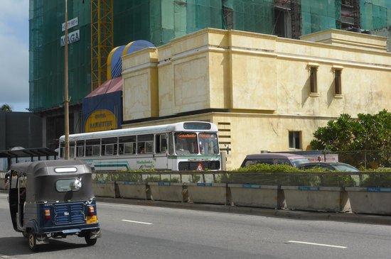 Hotel Ranmuthu: ホテル入口(ホテルは奥の方になる)