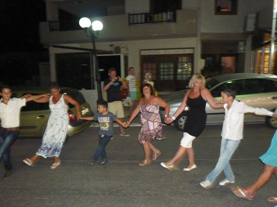 Kelariko Restaurant : Dancing in the street