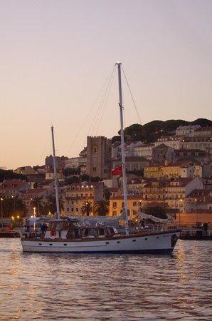 Halcyon I Lisbon Boat Tours: Lisbon Cathedral and St. Jorge's Castle on a Lisbon sunset tour