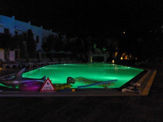 Club Hotel Flora: Pool by night