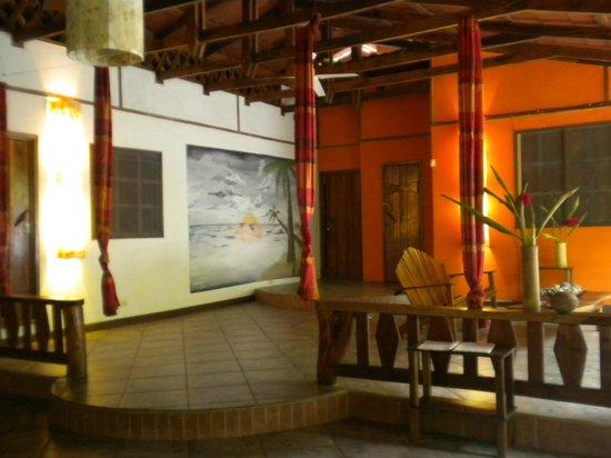 Casa Moabi: vue partielle salon et entrée des chambres de la maison principale