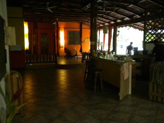 Casa Moabi : cuisine + salon au fond
