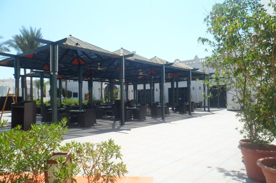 Sonesta Club: outside eating area by main restaurant