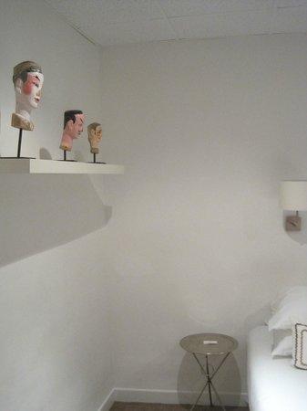 Hotel Colette: Странные головы в интерьере номера