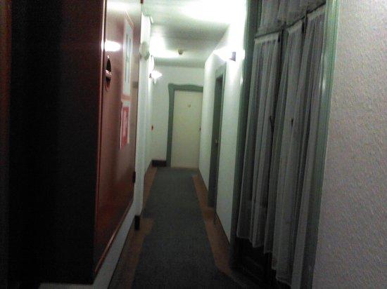 Le Dome Hotel: pasillo