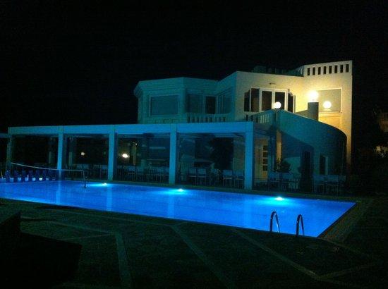 Hotel Kedrissos: hotel and pool area at night