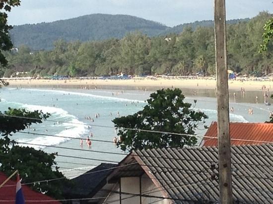 Kata Sun Beach: Udsigt fra altanen over Kata Beach
