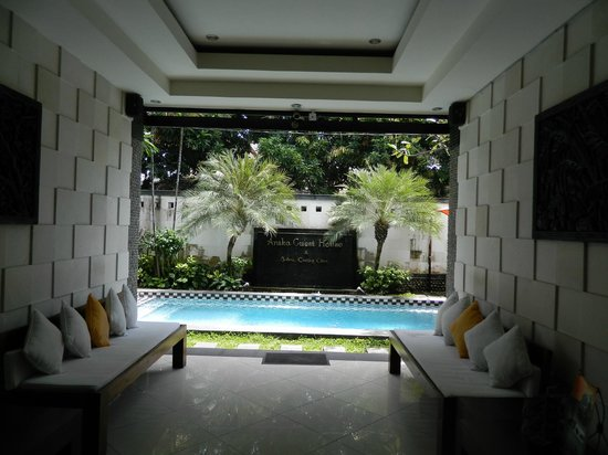 Anika Guest House: Pool and Waiting Lounge from Reception