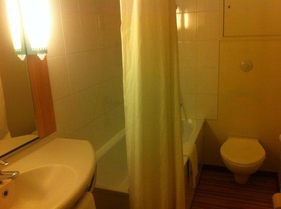 Ibis Nancy Centre Gare et Congrès : salle de bain un peu vieillotte