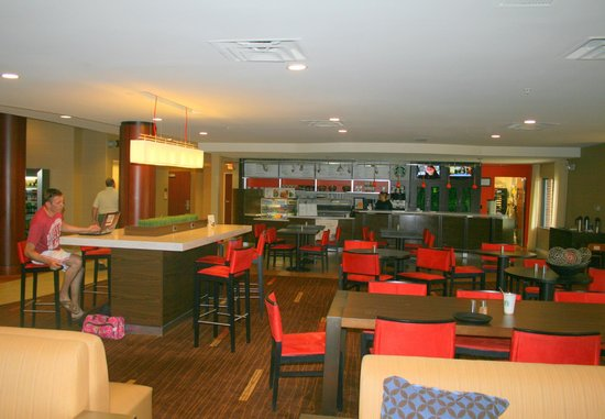 Courtyard by Marriott Wall at Monmouth Shores Corporate Park: Hotellobby mit Starbucks