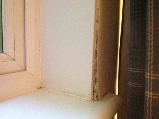 Innseagan House Hotel: mouldy paper coming away from around window