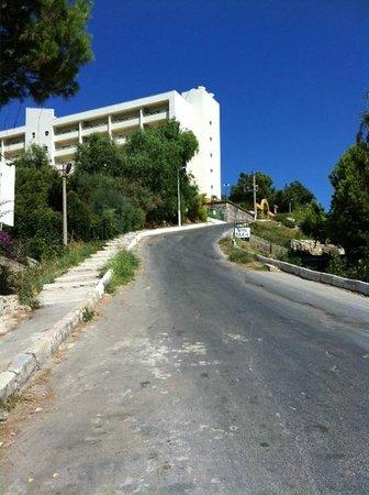 Tuntas Family Suites Kusadasi: hill to hotel