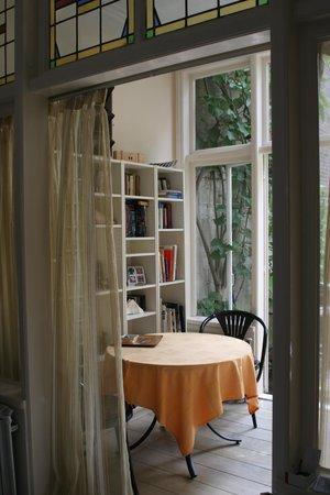 Kussengevecht Bed & Breakfast: Patio area for breakfast