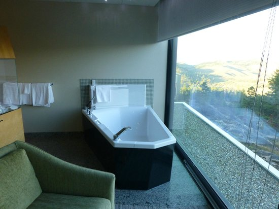 Sparkling Hill Resort: Bath has an amazing view over the mountains and golf course