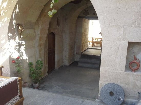 Sinasos History Cave Hotel: avlu