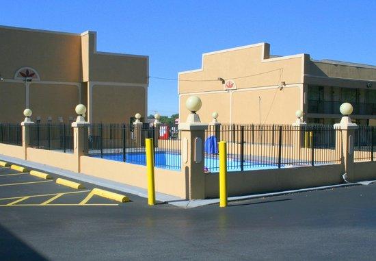 Ramada Baltimore West: Pool wirklich mitten auf dem Parkplatz