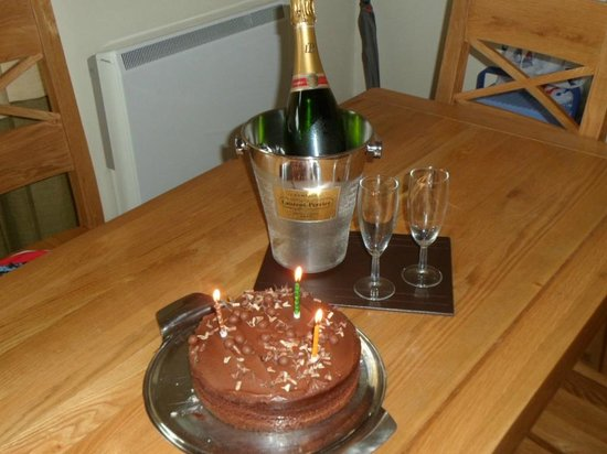 Forest Holidays Strathyre, Scotland: Surprise birthday cake and champagne
