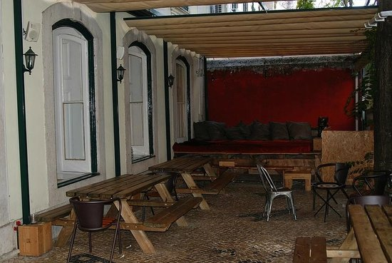 The Independente Hostel & Suites: Morning Breakfast area outside and in the evening Bar area