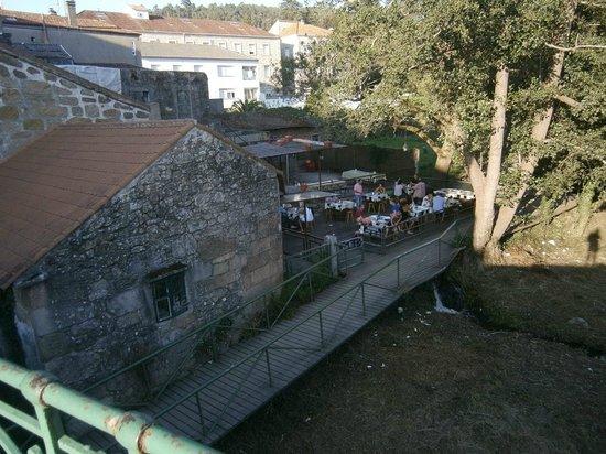O Muino : Vista desde el puente del local y su terraza