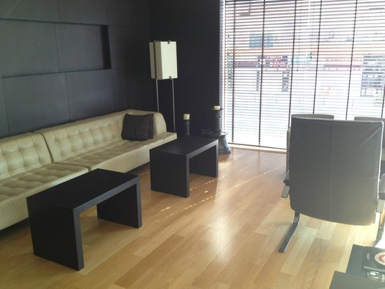 Bentley by Molton Hotels: Relaxing area next to the dining room
