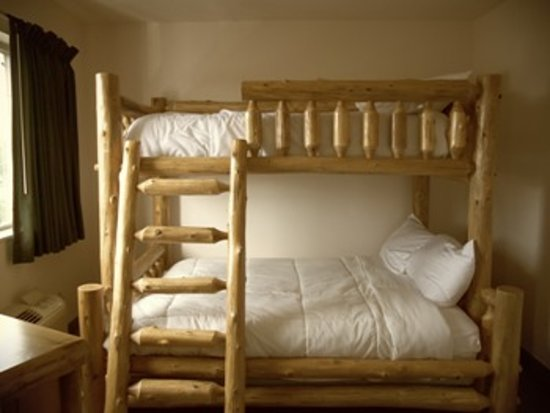 Maxfield's Inn: Queen Suite with Bunk Beds