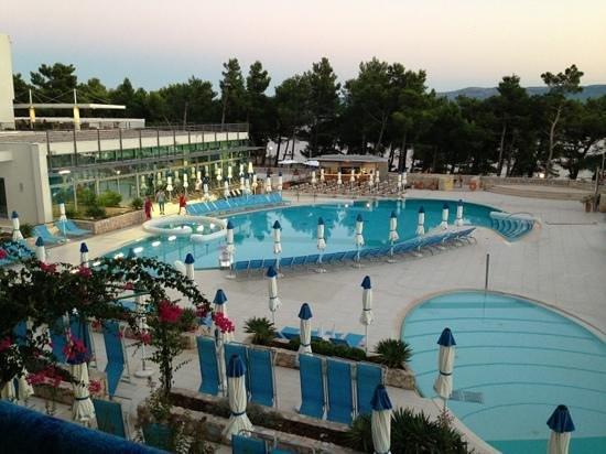 Bluesun Hotel Elaphusa: veduta della piscina da camera superior lato mare.