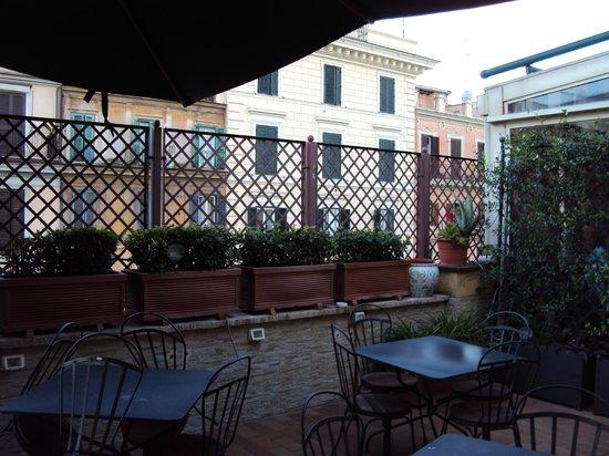 Borromeo Hotel: Terraço do hotel no andar 3